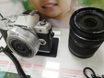 OM-D E-M10 Markiii:ミラーレスカメラのボディとズームレンズの画像